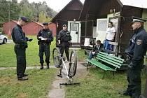 Policisté kontrolovali totožnost lidí i výrobní čísla jízdních kol v  kempu i na ubytovnách v centru Českých Budějovic.