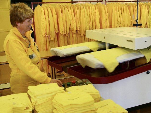 Speciální lis umožňuje vyžehlit čtyři trička za dvě vteřiny.