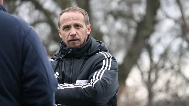 Rudolf Otepka, na snímku ještě jako trenér Roudného,  rozehrál trestný kop jako v Lize mistrů