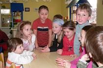 Mateřskou školu na Srubci navštěvuje dvacet čtyři dětí a podle ředitelky Ivany Moravcové by měla mít nová chystaná školka až tři třídy. V současné době ale musí Moravcová hodně žádostí rodičů odmítat.