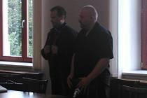 Jaroslav Pivonka (na snímku vpravo) v soudní síni.