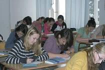 Studenti 5.N Biskupského gymnázia J. N. Neumanna na snímku přemýšlí a sepisují odpovědi na to, co pro ně znamená, když se řekne 17. listopad. Většina to má spojené se získáním svobody.