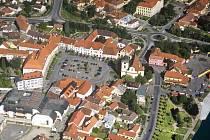 Radní města Týn nad Vltavou (letecký snímek) odvolali šéfku kultury Gabrielu Duškovou. Ve funkci skončila po roce a osmi měsících. Radní jí vytkli chyby v řízení.