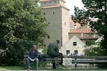 Krimi debaty na lavičce na břehu Malše.