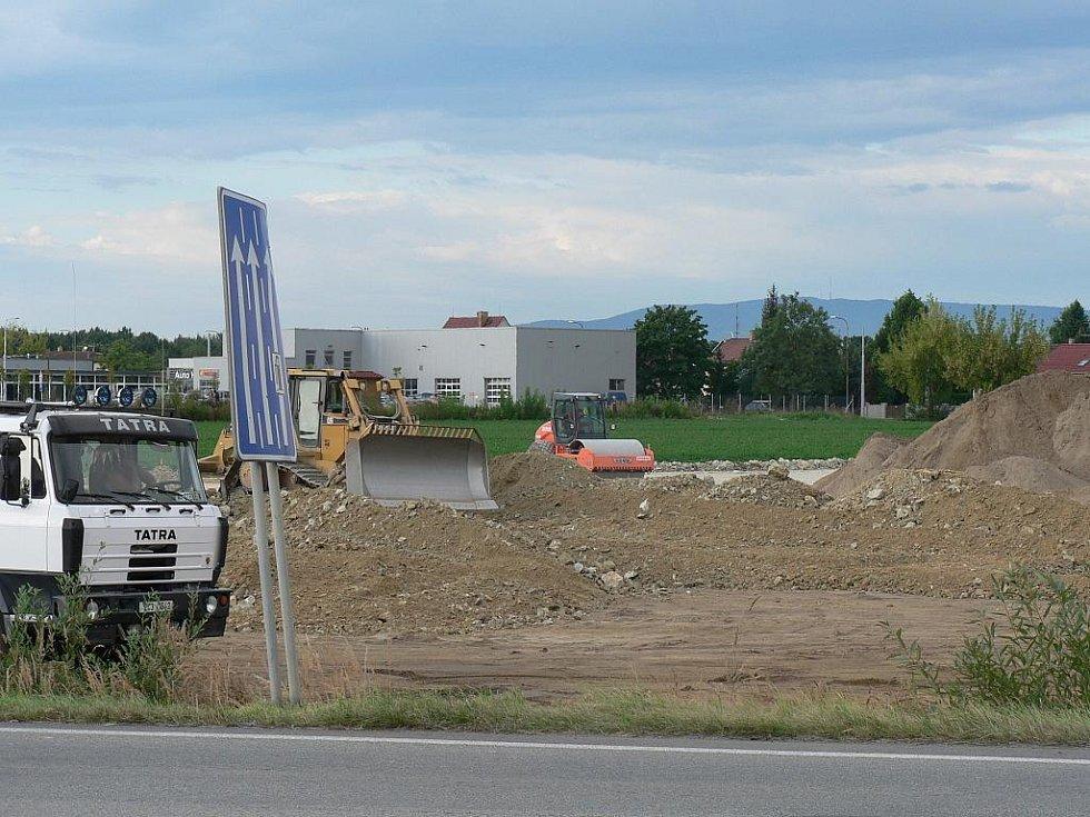 Poblíž výpadovky z Českých Budějovic směrem na Písek začala nedaleko křižovatky s Husovou ulicí stavba nového Hobby centra.