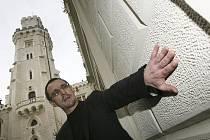 V NOVÉ BARVĚ. Šéf jihočeských památkářů Petr Pavelec na Hluboké, která má po opravě původní barvu. Posledních 20 let památkové péče v kraji připomene výstava v Budějovicích.