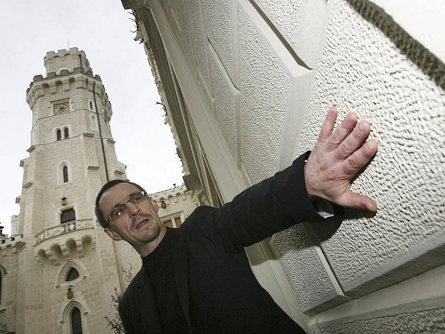 VNOVÉ BARVĚ. Šéf jihočeských památkářů Petr Pavelec na Hluboké, která má po opravě původní barvu. Posledních 20let památkové péče vkraji připomene výstava vBudějovicích.