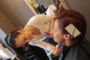 """Vizážistka Monika Urbanová použila lehčí make-up, který dobře kryje vrásky. """"Čím lehčí make-up, tím lepší. Vzhledem k tomu, že měla paní brýle, tak jsme udělali výraznější líčení očí. Více jsme zvýraznili i rty, aby dobře ladily k oblečení i barvě vlasů."""""""