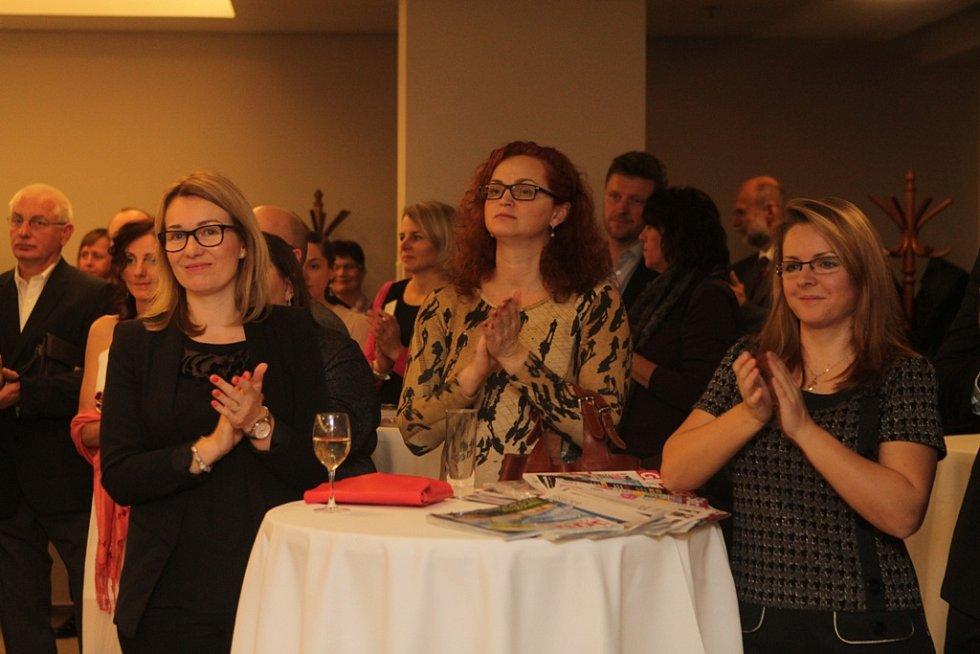 Slavnostní večer k ukončení třetího ročníku projektu Chováme se odpovědně. Na snímku uprostřed je prokuristka dm drogerie Martina Horká.