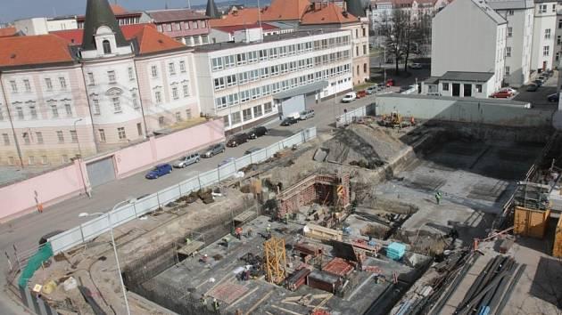 Dvě stě parkovacích míst pro veřejnost nabídne parkovací dům, jehož stavba svižným tempem pokračuje v centru Českých Budějovic.
