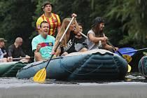 Tisíce milovníků vodáctví míří v těchto dnech na řeku Vltavu, která momentálně nabízí nejlepší podmínky pro splouvání. Náš snímek je z úseku u Vyššího Brodu.