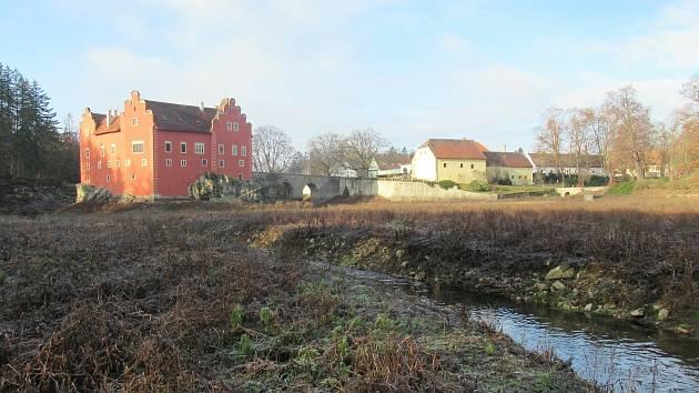 Zámecký rybník u renesanční Červené Lhoty je bez vody, historická výpust protéká a zatím se nenašel vhodný opravář.