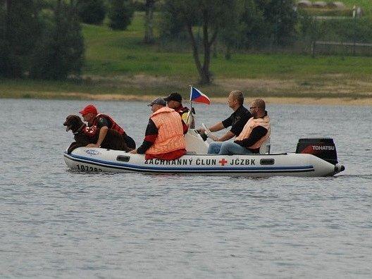 Ilustrační foto. Člun jihočeských záchranářů, který pomáhal při záchraně lidí na Lipně, kdosi ukradl.