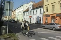 Jako lavina se po Budějovicích šířil snímek tohoto cyklisty, který srazil ženu a vzal jí kabelku. Policisté už ho mají.