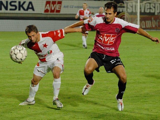 Martin Vozábal svým gólem vrátil svůj tým do zápasu (vlevo Hubáček).