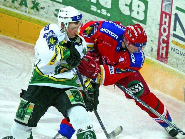 Karlovarský Rastislav Dej bojuje o puk s budějovickým René Vydareným.