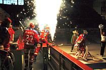V záři ohňostroje vstupují českobudějovičtí hokejisté na led. V úvodním duelu čtvrtfinále přehráli Kladno 2:0.