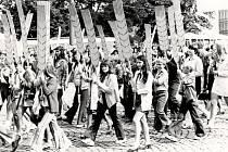 Průvod dětí a mládeže při Dnu jihočeské vesnice během celostátní zemědělské výstavy Země živitelka, která se v Českých Budějovicích každoročně koná dodnes. Snímek byl pořízen dne 1. září 1973.