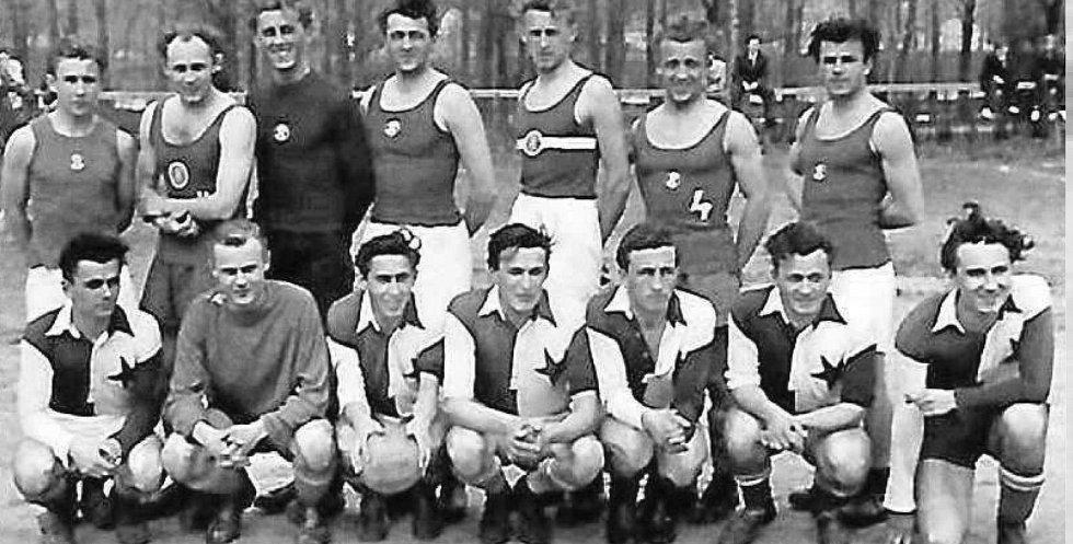 Házená. Zápas Hlubockých házenkářů proti Slavii Praha. Hrát se mělo tehdy na hřišti v Podskalí.