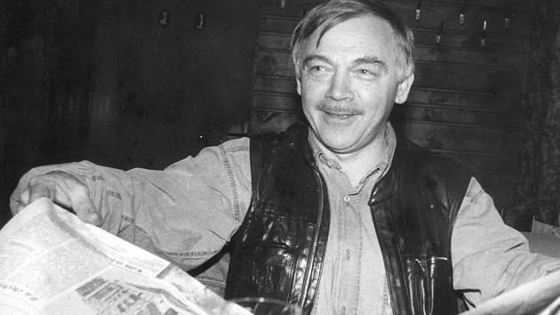 U REINERŮ. Karel Kryl u stolu s otevřenými Listy Písecka při jedné ze svých častých návštěv písecké hospody U Reinerů v 90. letech.