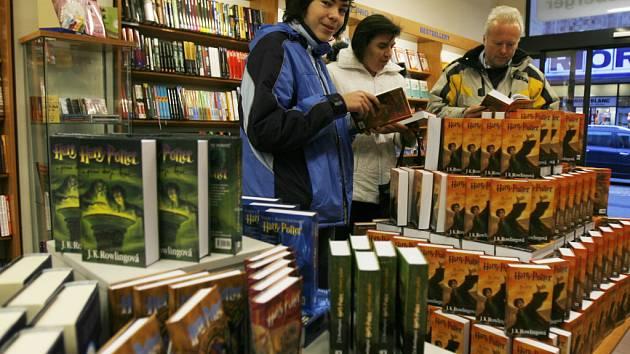 Ve čtvrtek ráno se na pulty knihkupectví dostalo české vydání sedmého dílu obrovsky populárního Harryho Pottera s názvem Relikvie smrti. Už v 7.55 hodin ráno si rodina Roštíkova vybírala svou knihu v knihkupectví Kanzelsberger na Lannově třídě.