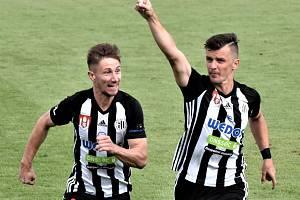 Benjamin Čolič se raduje ze svého výstavního gólu, s gratulací přispěchal Matěj Mrsič.