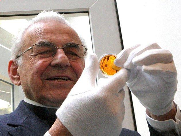 Kardinál Miloslav Vlk kontroluje pamětní medaili pro papeže. Ilustrační foto.