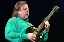 Jednou z hvězd festivalu Okolo Třeboně bude letos kytarista Michal Pavlíček. Festival dá v letošním roce větší prostor objevům.