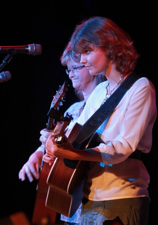 Pocta skupině Minnesengři, kteří vznikli před 45 lety, se odehrála 14. listopadu 2013 v českobudějovickém DK Metropol. Na snímku Pavlína Jíšová a její dcera Adéla Jonášová.