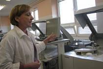 Nové přístroje v nemocničních laboratořích. Marie Kašparová ukazuje automatickou linku.