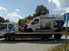 Dva osobní vozy se v úterý kolem poledne střetly s nákladním autem na výpadovce směrem z Českých Budějovic na Lišov u autobazaru.