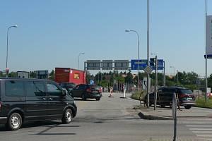 Dopravní omezení provázejí opravu mostu na křižovatce českobudějovických ulic Generála Píky a Nádražní. Páteční nehoda křižovatku totálně zablokovala.