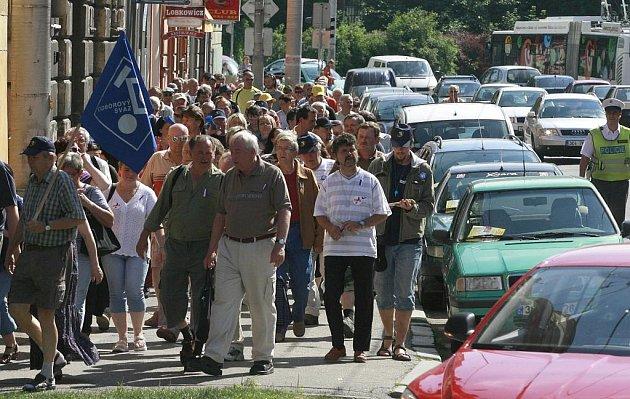 Průvod stávkujících odborářů ucpal Žižkovu třídu v Českých Budějovicích.
