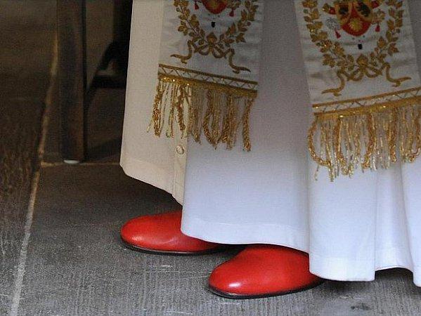 Papežovy boty sociální organizace nezrecykluje.