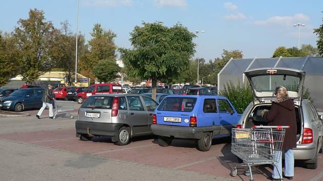 Problematickým dopravním místem mohou být pro některé řidiče i parkoviště u nákupních center.