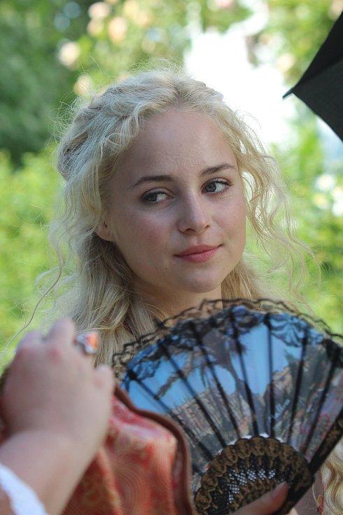 Režisér Troška točí pohádku Zakleté pírko. Anastasie Chocholatá,  představitelka hlavní hrdinky Aninky.