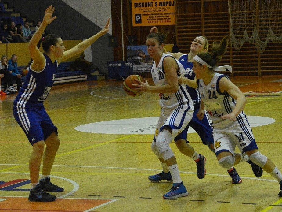 NEJLEPŠÍ. Kapitánka Edita Šujanová (s míčem) byla nejlepší střelkyní zápasu. Tentokrát zastínila i vyhlášenou kanonýrku Marissu Kastanekovou (vpravo).