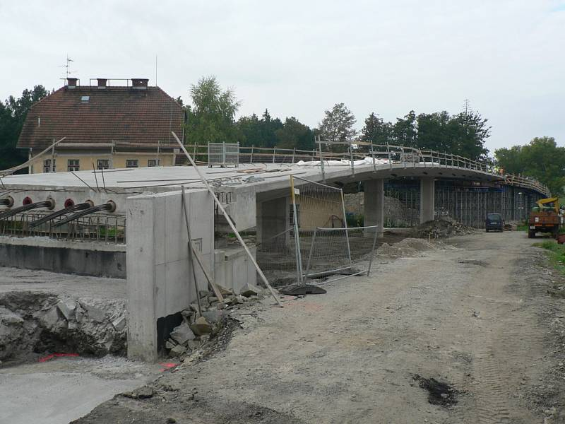 Na Českobudějovicku se v Trocnově, který patří pod Borovany, staví nový most nad železnicí. Investorem je Jihočeský kraj.
