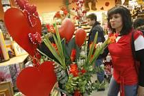 Na našem snímku vybírá dárek pro svého partnera v českobudějovickém dopravně obchodním centru Mercury Martina Haláková.