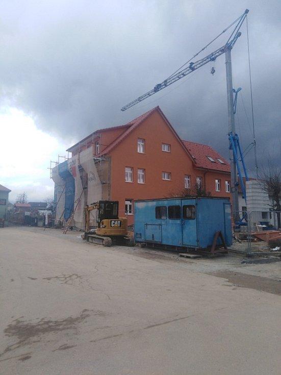 Přicházející studenou frontu ohlásil silný vítr a oblačnost věštící přeháňky, Strážkovice.