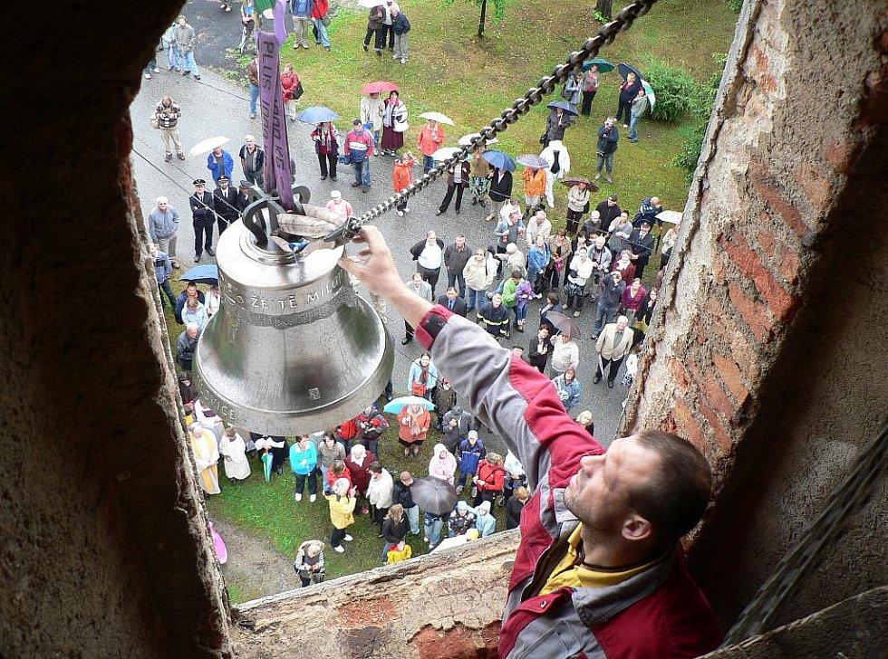 Nové zvony od soboty vyzvánějí z věže jílovického kostela. Při jejich stěhování přišel ke slovu i jeřáb.