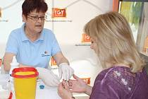 Z kapky krve si nechaly včera desítky zájemců v českobudějovickém obchodním centru IGY změřit hladinu cholesterolu. Marie Ticháková všem k výsledkům přidala užitečné rady.