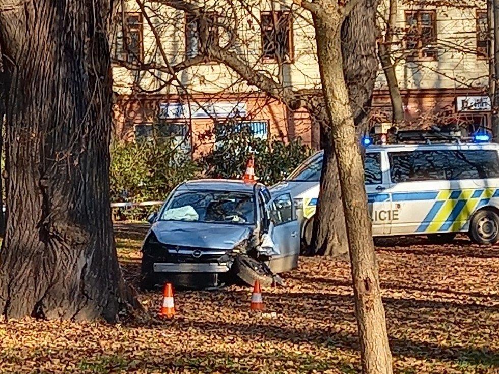 Nehoda v českobudějovickém parku Na Sadech. Řidič přejel do protisměru a projel 100 metrů parkem, až se vůz zastavil o strom.