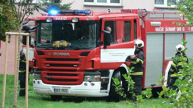 Hasiči vyjížděli k požáru v panelovém domě.