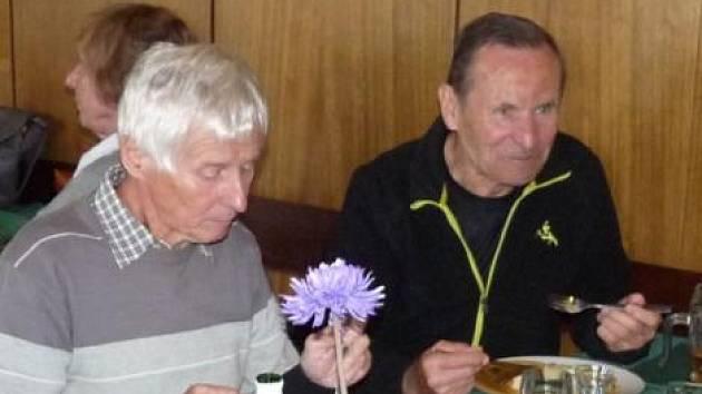Velikáni vytrvalosti: Míla Sládek vlevo a Zdeněk Kopecký při letošním setkání budějovických atletů.     ch atletů