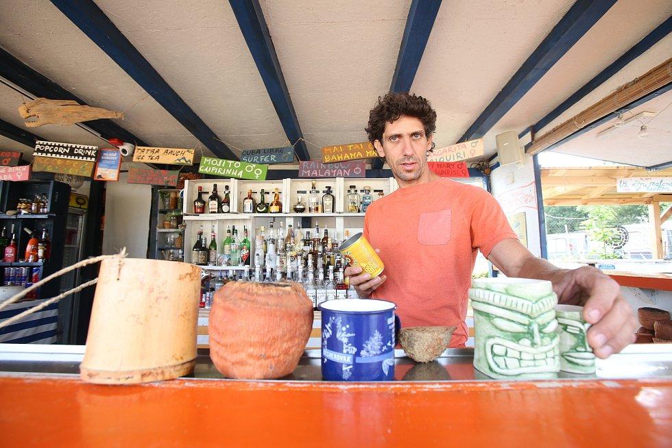 Barman David Neumann, mistra ČR a vicemistr Evropy ve Flair bartendingu. Kvůli pláži a baru Windy point se přestěhoval z Prahy na Lipno a předvádí tu každý víkend své umění.