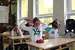 Se šátkem na očích hráli žáci ZŠ Boršov nad Vltavou v rámci Dne bílé hole různé hry.