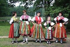 Součástí sobotního otevření Památníku Jana Žižky v Trocnově bylo i vystoupení folklorního souboru Doudleban.