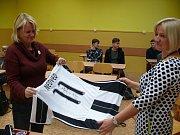 V pátek večer se v DK Metropol odehraje Muzikál z České. Maturanti ze třídy 4. S  připravili v rámci plesu dražbu. Podepsaný dres od Pavla Nedvěda představují učitelky Radka Křížová (vpravo) a  Eva Adamcová.