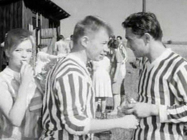 Fotbal se ve filmu podle pamětníků hrál na hřišti ve Čkyni, někdo soudí, že šlo o Stachy.